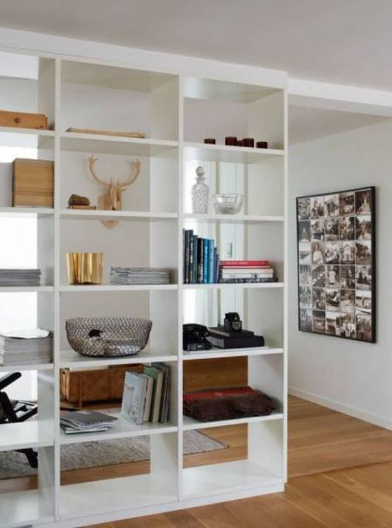 Pattern of the room divider brings a hint of Mediterranean charm to the contemporary living space